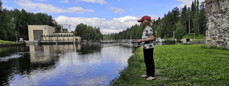 Kuvassa Veikko Blomberg kaloja narraamassa. Kuva: Martti Blomberg.